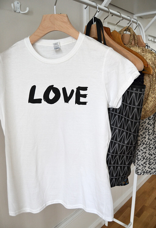 T-shirt Love, damstorlek. Elina Dahl Design.